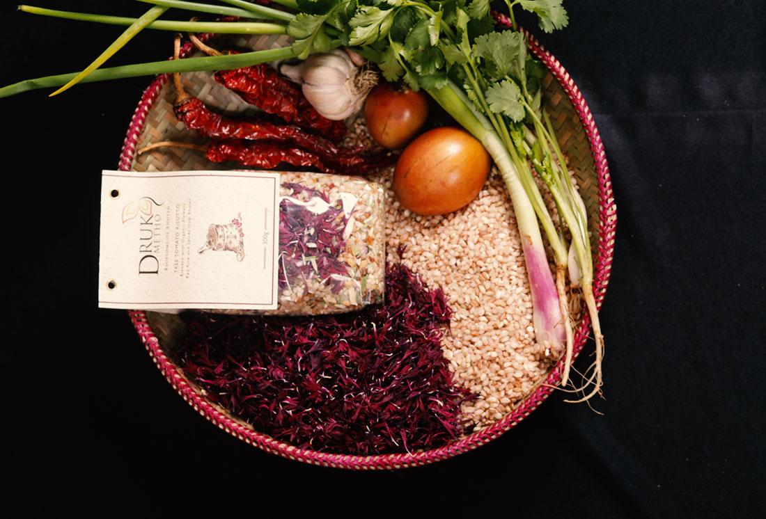 Tamarillo-Risotto (Roter Reis, Tamarillo, Knoblauch, Frühlingszwiebeln, Chili, Koriander, Kornblume und Ringelblume).