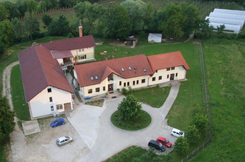 Centar Fenix mit Altersheim, Kita, Seminaräume, Gästezimmer Wäscherei und im Hintergrund die Gartenanlage