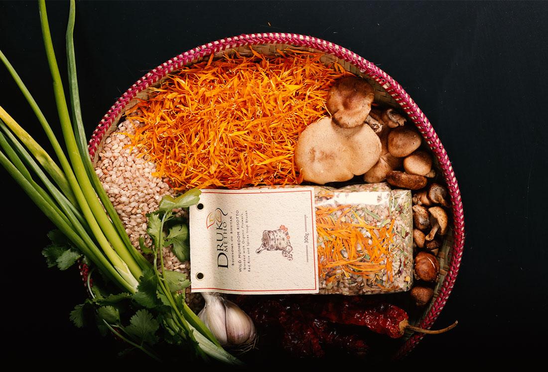 Risotto mit wilden Pilzen (Roter Reis, wilde Pilze (Shiitake- und Austernpilze), Knoblauch, Frühlingszwiebeln, Chili, Koriander, Kornblume und Ringelblume.