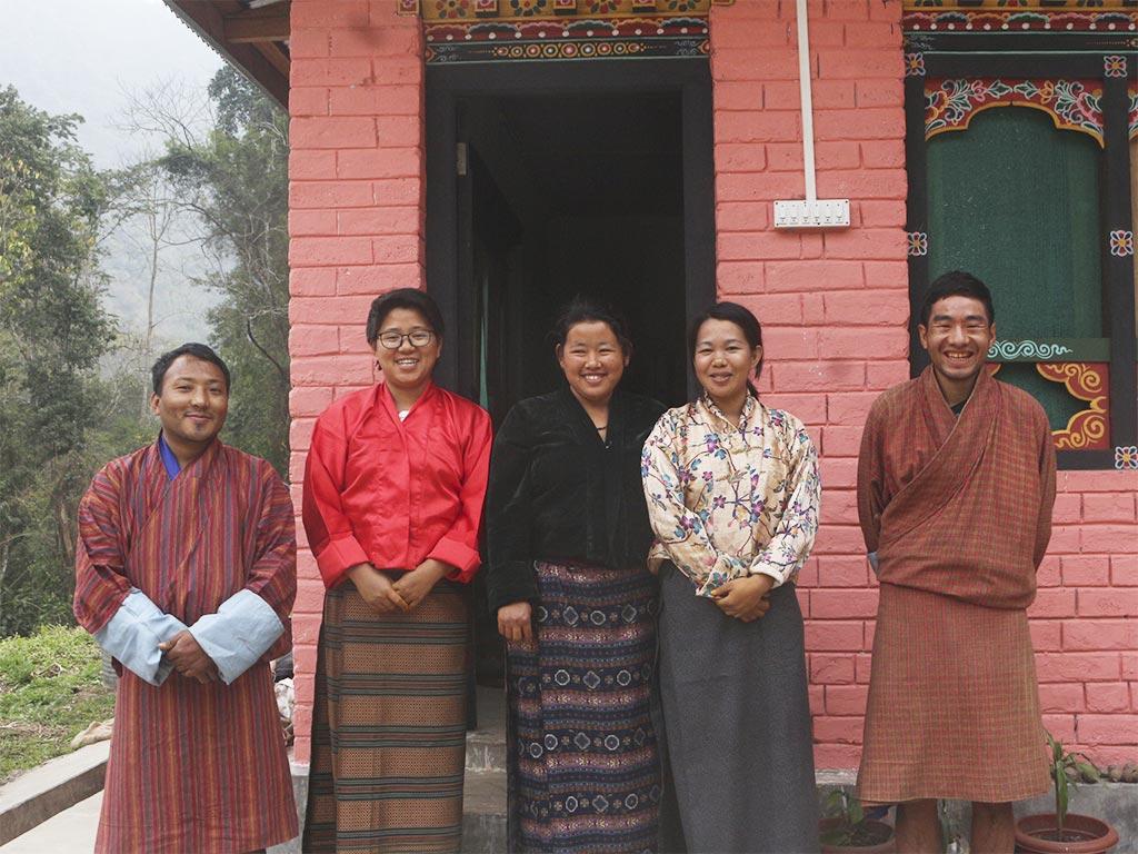 Die Mitglieder der KNC vor ihrem neuen Gebäude (Foto: Cheku Rangdrel)