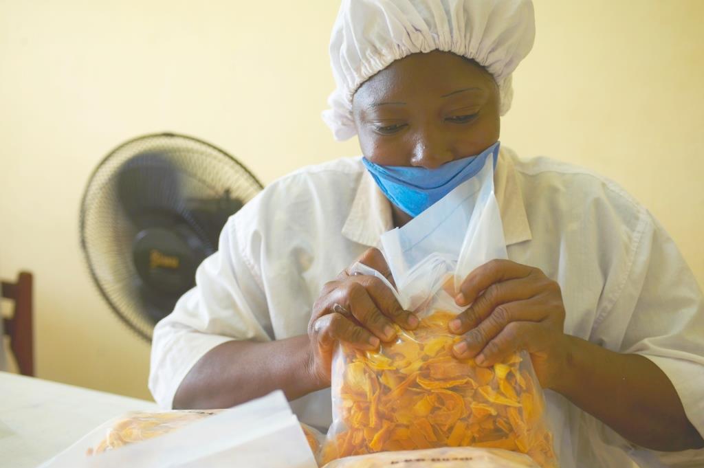 Das Trocknen führen lokale Partnerbetriebe aus, während gebana die fertigen Produkte kontrolliert, sortiert, verpackt und exportiert.